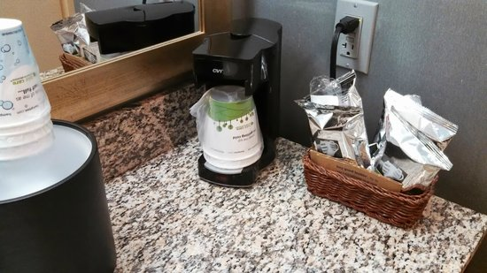 Hampton Inn Morehead City: Coffee Pot in the bathroom