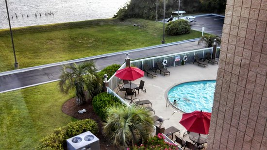 Hampton Inn Morehead City: View from our window the pool and the water front behind it.