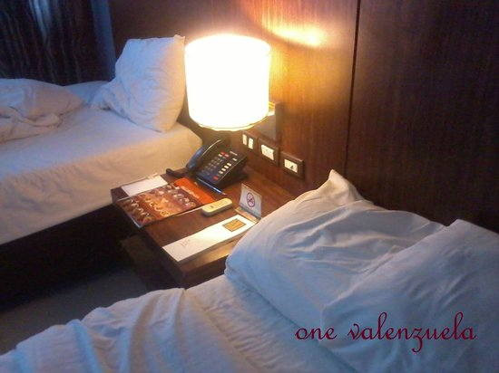 โรงแรมมะนิลา แกรนด์ โอเปอรา: Bed (after we woke up scenario)