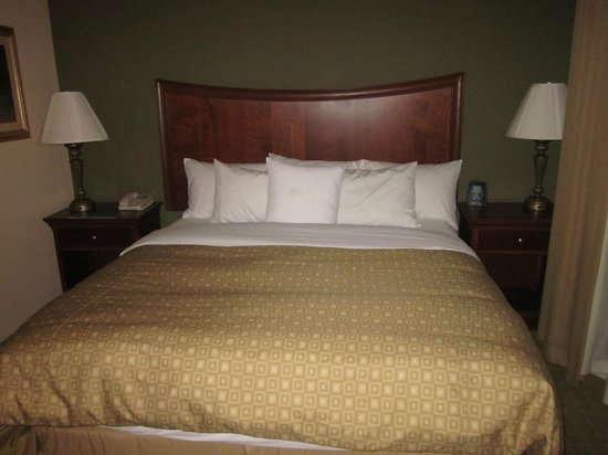 Homewood Suites Rochester - Victor: King bed with the sumptuous Hilton bedding package