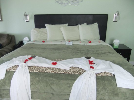 Beachfront Manor Hotel: King size bed with robes ready for hot tub!