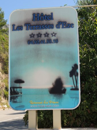 """Hotel Les Terrasses d'Eze : Affiche de l'hotel à l'entrée !! reflète """"l'abandon"""" de l'hotel !! L'affiche est dans un sale ét"""