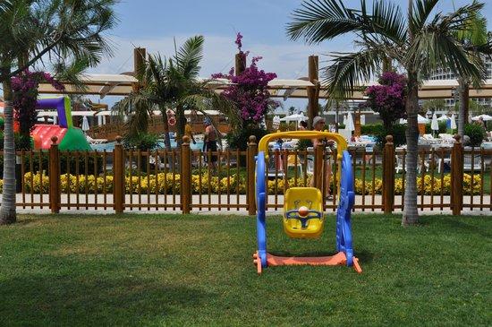 Baia Lara Hotel : Kids club à côté de la piscine principale