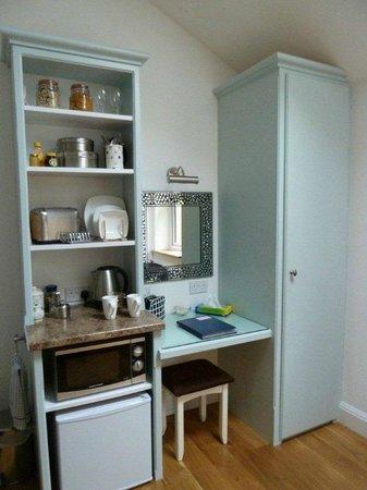 Ashford House: Küche/Kleiderschrank