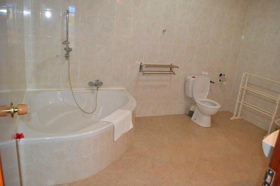 Villas de Mer : Enorme baignoire et de fait la salle de bain