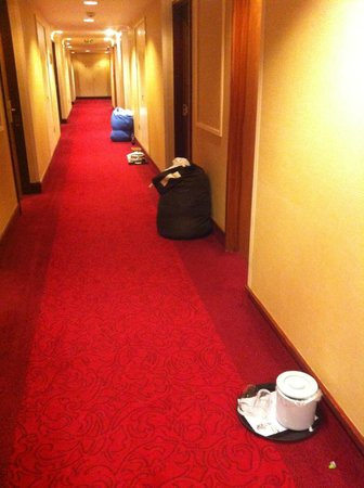 London Heathrow Marriott Hotel: Dirty stuff left in the hallway for more than 10 hours!