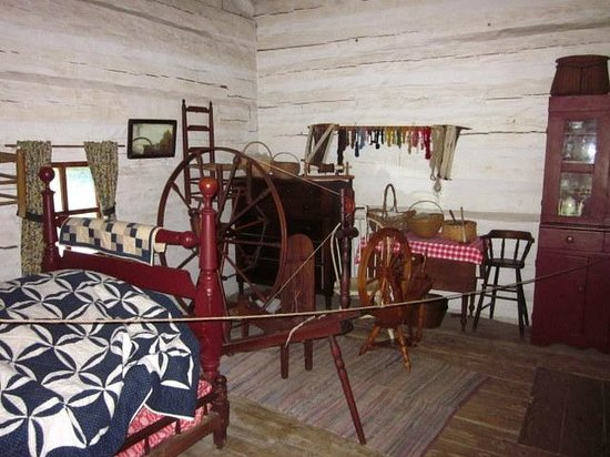 Lincoln's New Salem State Historic Site : Cabin furnishings