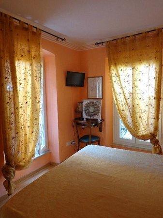 Albergo Morlacchi : my room with a super fan