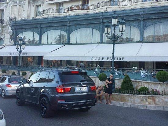 Salle Empire: Il ristorante visto dalla Place du Casino