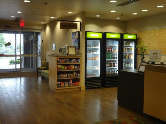 HOME2 Suites by Hilton Jacksonville, NC: Lobby snacks area