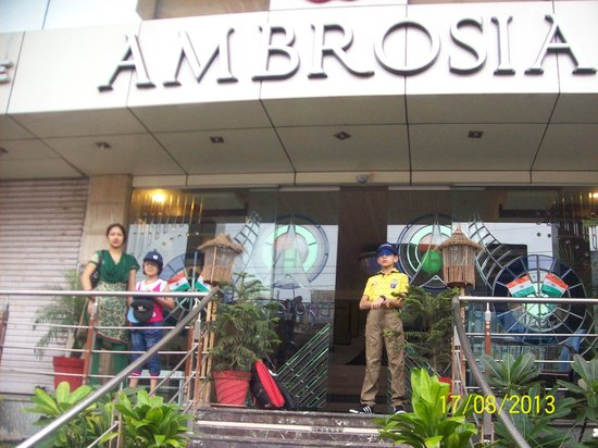 Hotel Ambrosia: Entrance...with automatic gate