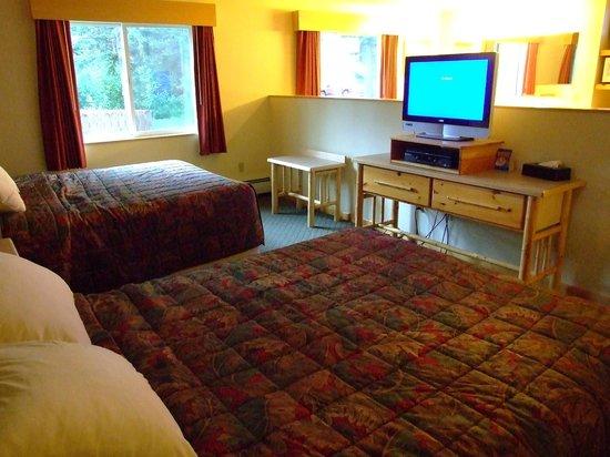 Seward Windsong Lodge: Lily Lodge room, Windsong Lodge, Seward - twin queen beds
