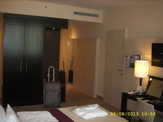Lindner Hotel Am Belvedere: Entry on the right; wardrobe with minibar and safe on middle