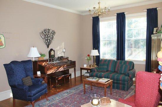The Collins House Inn: Living Room
