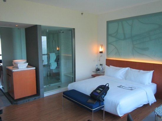 Le Meridien Cyberport: View from window looking back into the room and showing the shower thru to bathroom