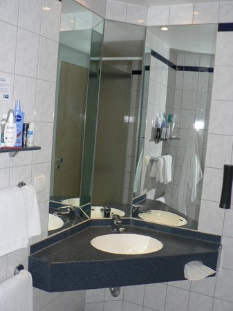 Holiday Inn Express Berlin City Centre: mobile bagno con specchiera e mensola