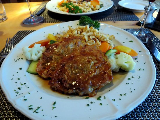 Restaurant Arturo: Engadinerschnitzel (Kalbsschnitzel mit Rohschinken, Kräutern, Champignons und Spinat belegt)