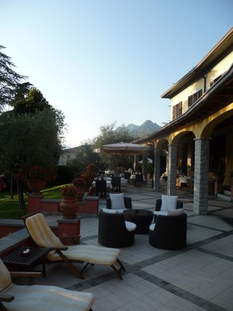 Hotel Villa Kinzica: Outside sitting area at the front. Dining for beakfast and dinner in good weather is here.