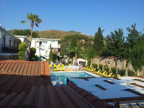 Daisy Apartments: Lovely pool and pool bar, great scenery!