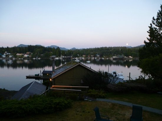 McKay Bay Lodge: View after sun set from room