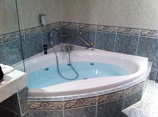Hôtel Château de Montvillargenne : baignoire a remous