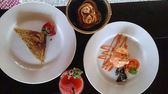 Kayumanis Jimbaran Private Estate & Spa : 朝食(カユマニストーストとエッグベネディクト)