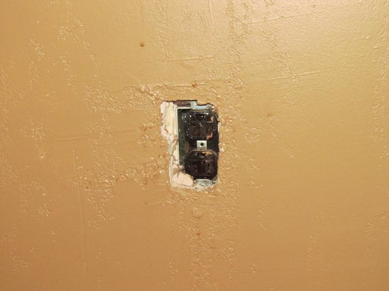 Hollow Inn and Motel: Outlet without cover plate