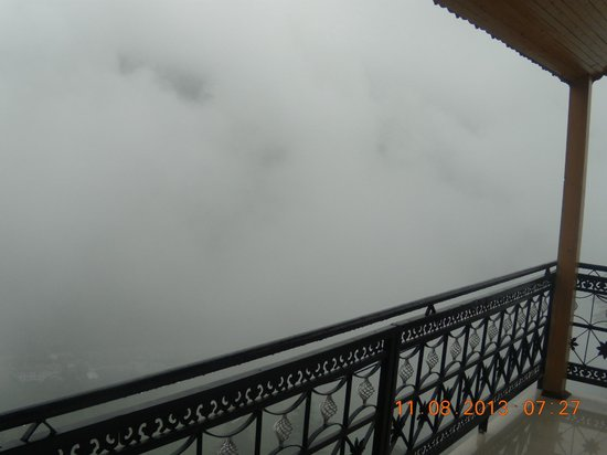 Pause at Manali: clouds at touching distance