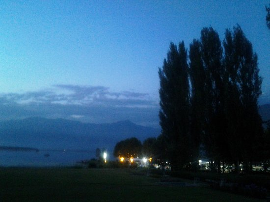 Centuar Lakeview Hotel: View from back of Hotel in the evening