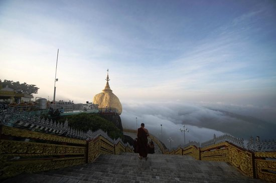Kyaik Hto Hotel: The Golden Rock Standing above the clouds at sunrise
