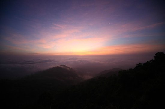 Kyaik Hto Hotel: Sun rising above the clouds at 06.00 am