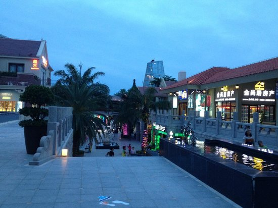 Huayu Resort and Spa Yalong Bay Sanya: Commercial area makes it convenient for the travellers who stay in the hotel