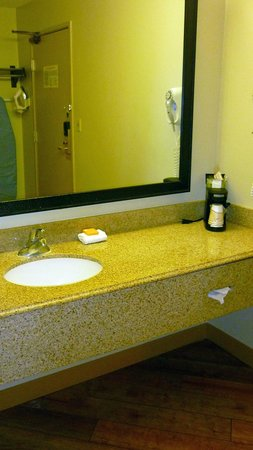 La Quinta Inn & Suites Savannah Southside: bathroom counter and sink
