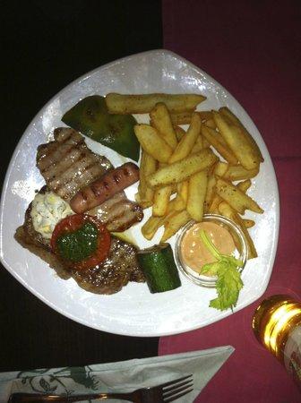Gasthof Knappenwirt: Carne alla griglia con patate fritte