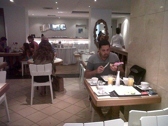 Ipanema Inn: Desayudo del Hotel, buen servicio.