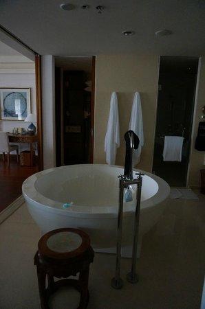 Huayu Resort and Spa Yalong Bay Sanya: bathtub