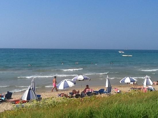 Ariadne Beach Hotel: Beach front close to the pool bar of the Ariadne