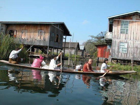 Nanda Wunn Hotel: Transport at Inlay lake