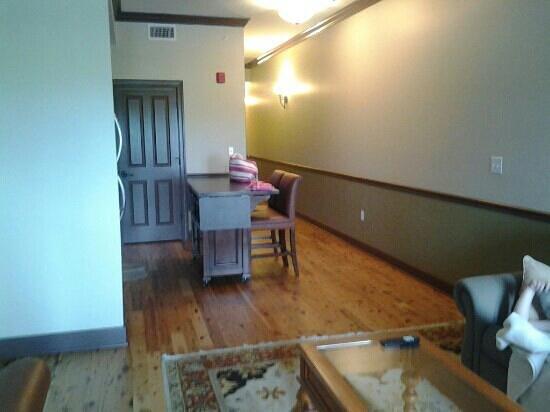 Water Street Hotel & Marina: living room/kitchen