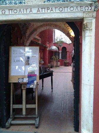 Casa Rossa: L'ingresso e l'iscrizione sul portone