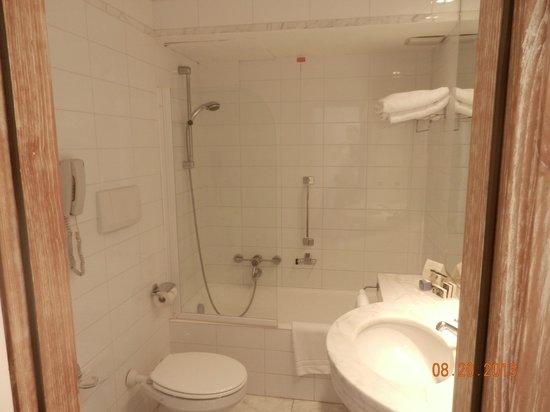 Grand Hotel Minerva: banheiro grande para os padrões europeus, limpo e funcional