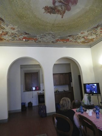 MsnSuite Apartments Palazzo dei Ciompi: living/dining with view of kitchen
