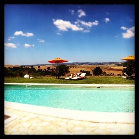La Bell'Antiglia : la piscina, con il panorama favoloso dietro