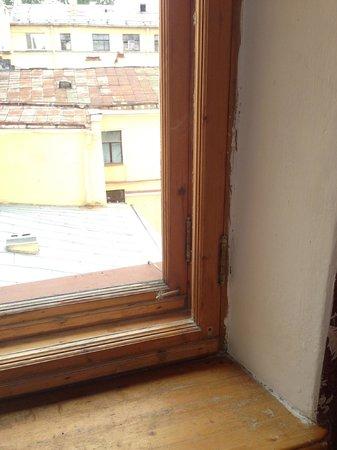 History Hotel On Kanala Griboedova: Старое ободранное окно