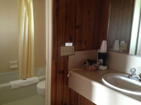 Mountain Village Resort: Separated tub/shower and toilet.  In-room coffee (one cup at a time)