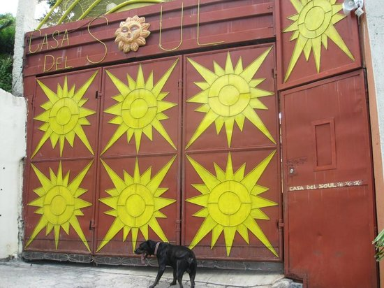 Casa Del Soul : Front gate with Chucho