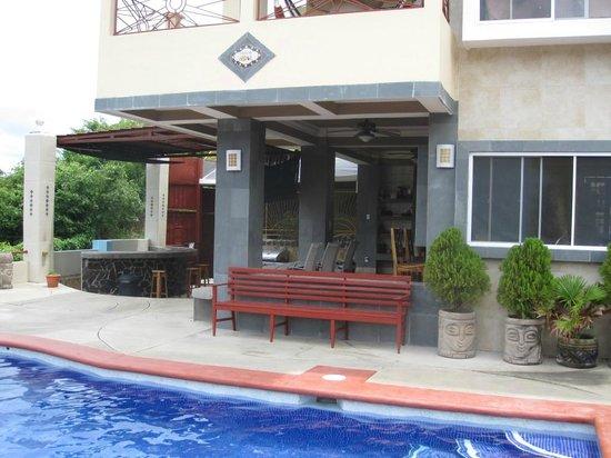 Casa Del Soul: Dining area near pool