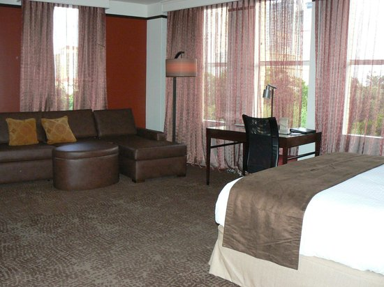 The Emily Morgan Hotel - a DoubleTree by Hilton : Our king room - lots of space!