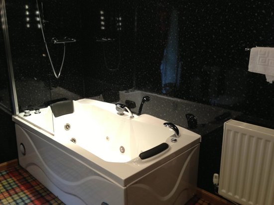 Glenmoriston Arms Hotel: jacuzzi bath