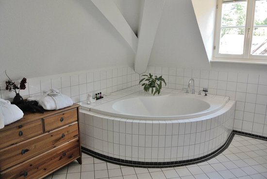 Hotel Goldener Falke: large tub in bathroom